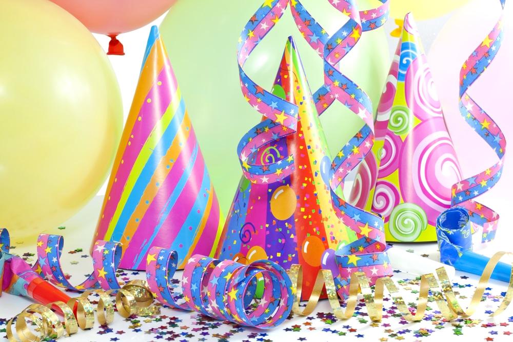 Detalle gorros y serpentinas fiestas infantiles