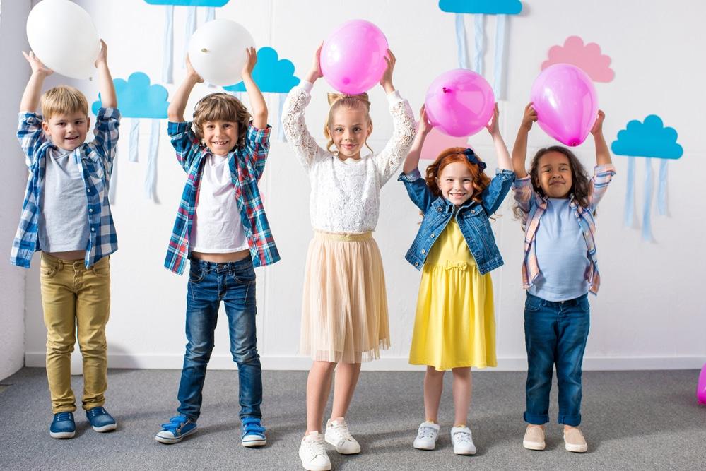 Niños con globos en las manos.Fiesta infantil en casa