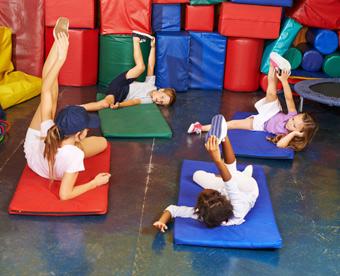 Estimulación psicomotríz, niños haciendo estiramientos