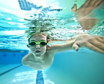 Natación, niño nadando