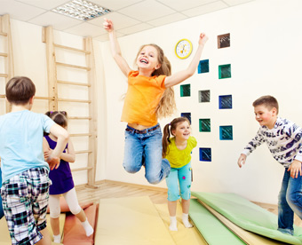 Niños jugando en actividad polideporte